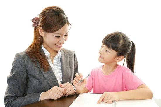 Trang phục lịch sự, thái độ nhã nhặn sẽ giúp gia sư ghi điểm vs phụ huynh trong buổi dạy đầu tiên